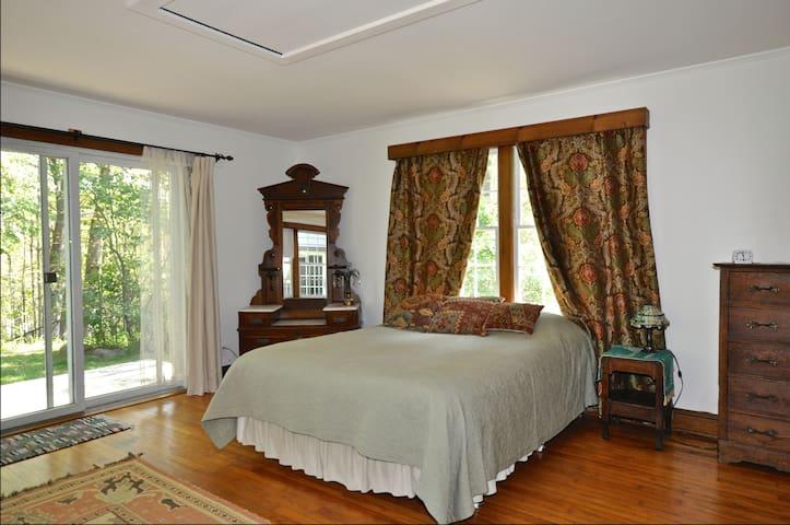 Master bedroom, with queen-size bed, 1st floor