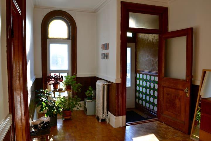 Chambre dans un bel appartement coeur du Mile End