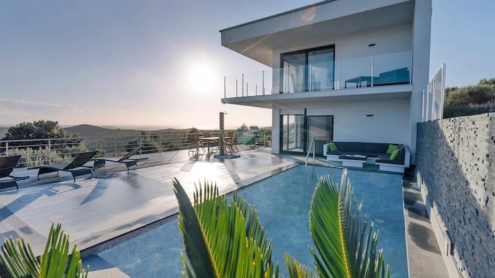 Luxury Villa - pool -family friendly/stunning view