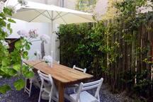 Patio trasero con barbacoa - Backyard with Barbacue
