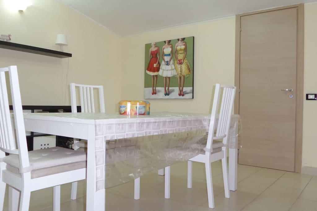 sala pranzo in soggiorno con tavolo allungabile