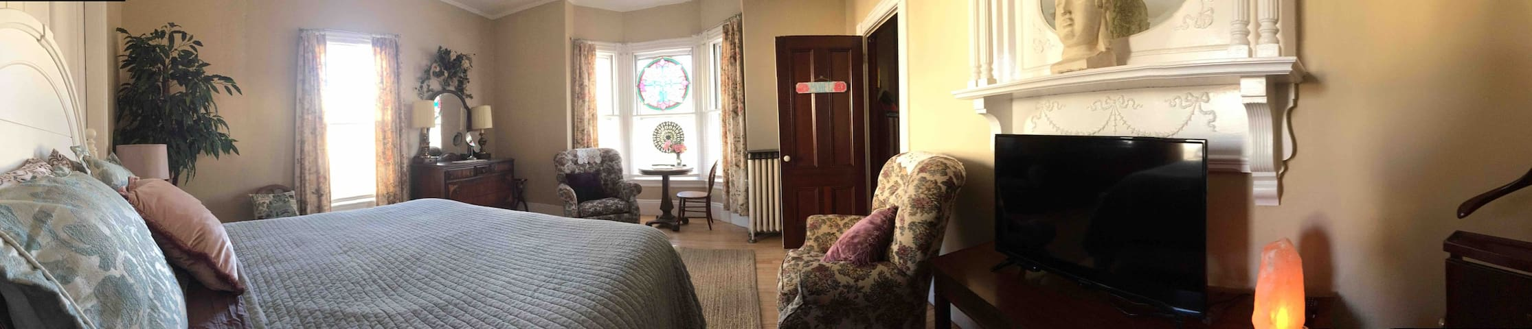 Pano view of room Monet