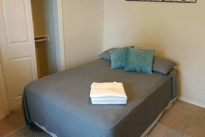 Cozy Private Bedroom near AMP/DTWN Rogers - B
