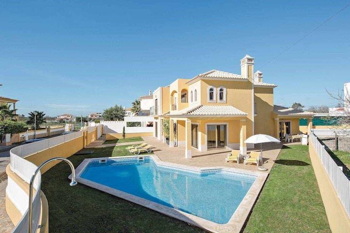 Villa for 8 people, Near all Facilities, Private Pool, Calm Location
