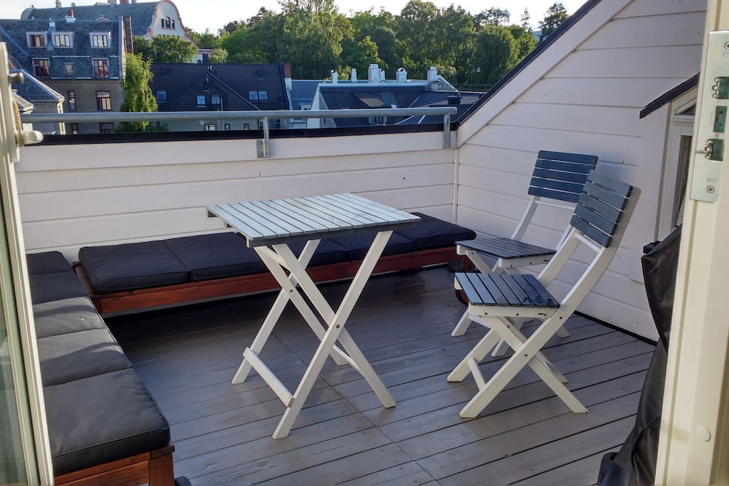 Balcony with 2 sunbeds and tea/coffe table with chairs