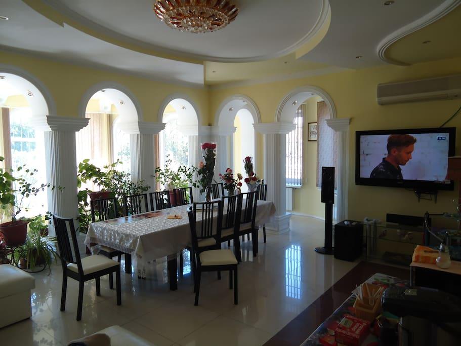 Гостиная с зимним садом, камином и домашним кинотеатром