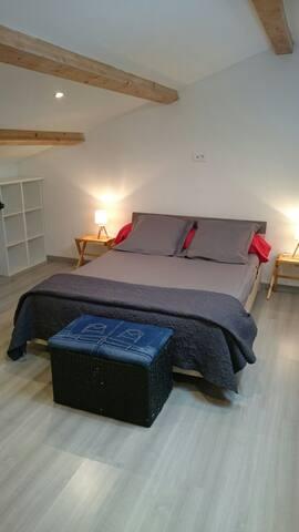 La chambre dotée d un lit 2 places et 1 place