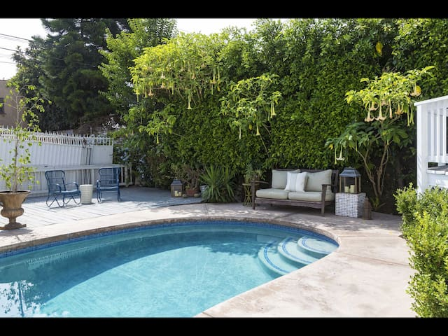 BEAUTIFULLY LOCATED 2BED SUITE: Beverly Hills