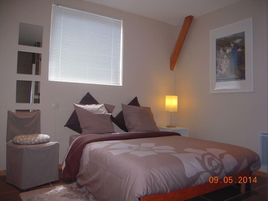 La chambre avec son lit double