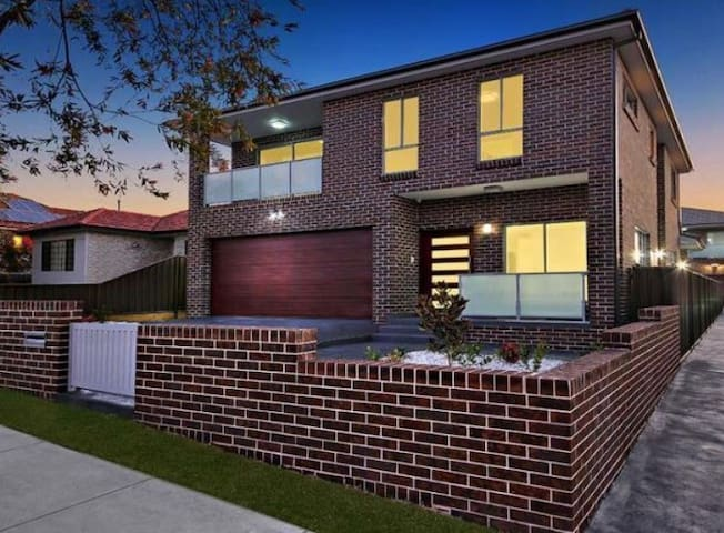 VILLA HYDRAE 96 - SYDNEY Spacious & Great Location - Revesby