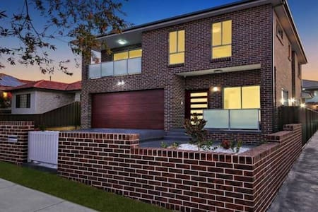 VILLA HYDRAE 96 - Modern & well located in SYDNEY - Revesby - Rumah