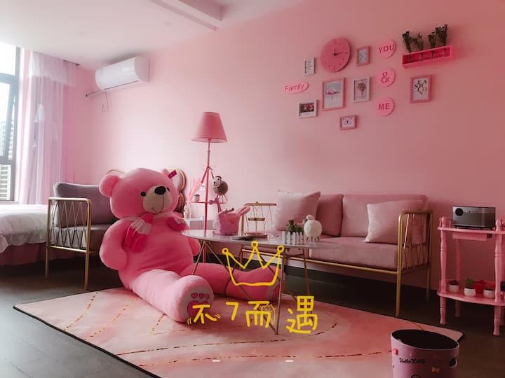 「不7而遇」民宿,市中心万达旁印象城粉色浪漫主题智能影院公寓