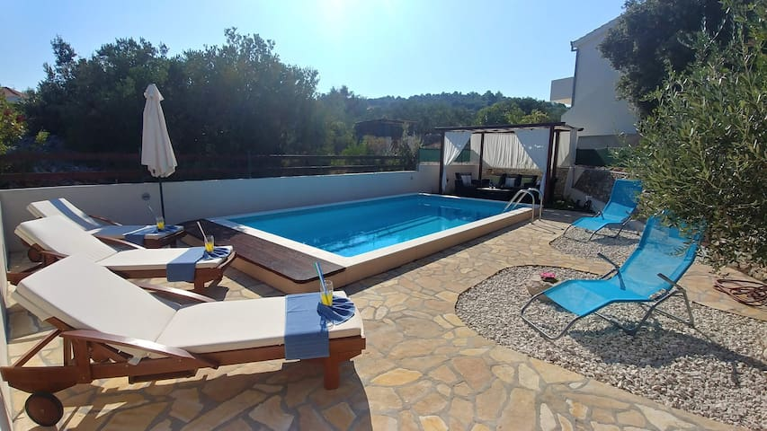 Holiday house with pool in Razanj