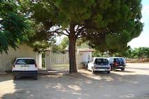 cancello d'ingresso e parcheggio