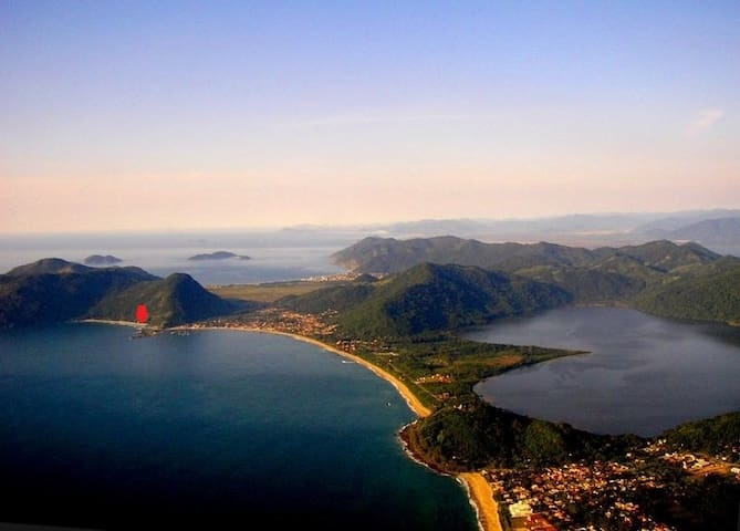 vista área Morro das Pedras, Lagoa do Peri, Armação do Pântano do Sul e marcação com seta vermelha da localização da casa.