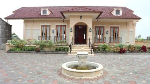 Nouvelle villa spacieuse à Tawangmangu