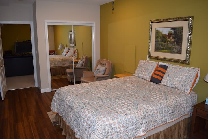 Spacious Room with Queen bed & Private half-bath