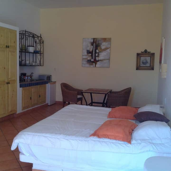 New studio king size bed wifi 2block from thebeach
