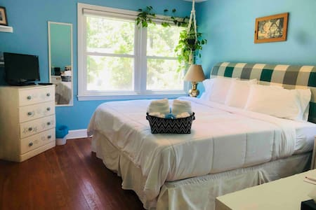 #2 of 4 rooms, king bed, spacious ranch home