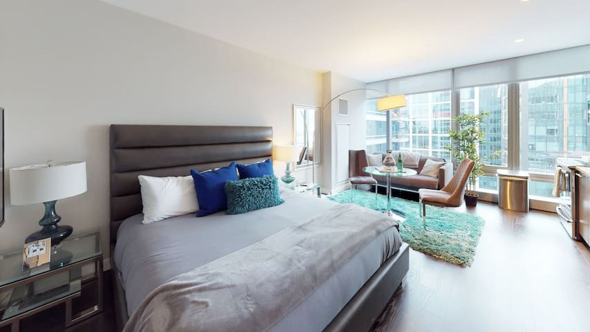 Professionally-cleaned studio in River North, full kitchen