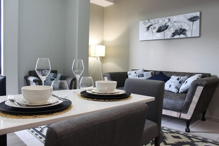 Stylish Rosebank Apartment:Balcony, Wifi,Boardroom