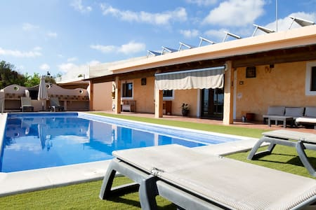 ★ Entire Home, Swimming Pool, BBQ and Sunsets ★