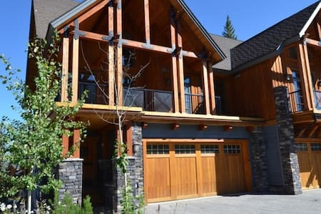 *New* Luxury Kicking Horse Home - Best Location! - Golden - Reihenhaus