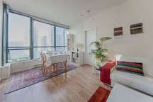 François & Emmanuel - January 2016: Apartment perfectly located in the Downtown with a great view. It's very pleasant, cozy and really clean.