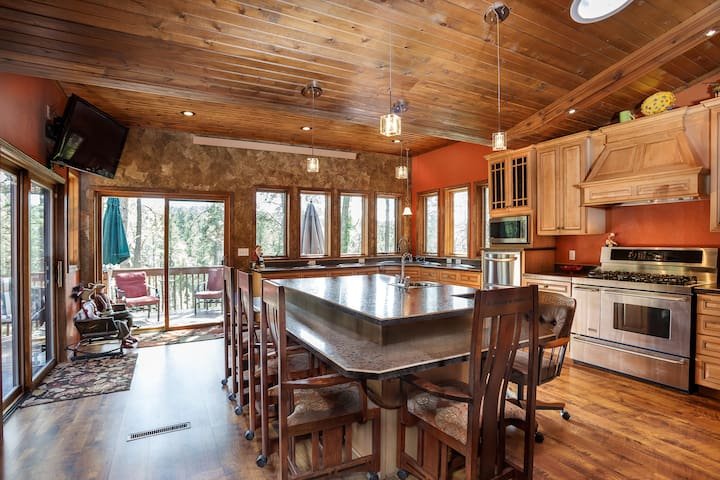 Silver Fox Hideaway | Central Black Hills Location!
