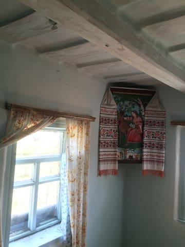 Всередині традиційна селянська хата: мазана глиною та побілена. Меблів мінімум.