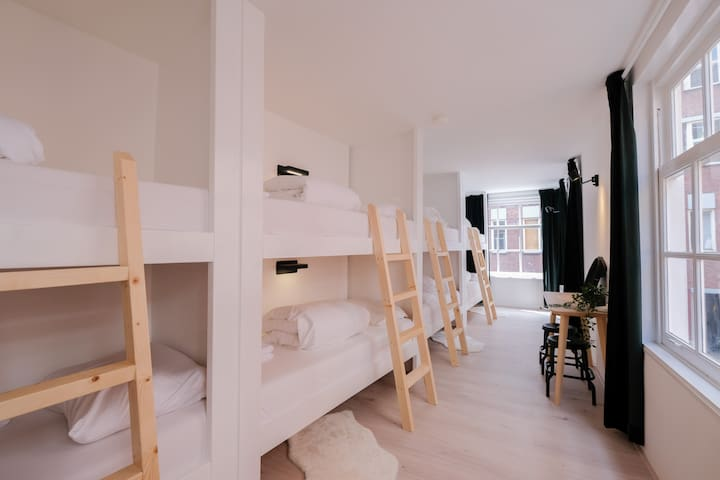 Haarlem City Rooms: 8 person private room