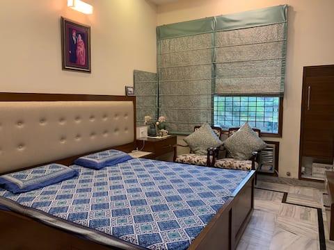 Chambre avec vue sur le jardin et salle de bain privée près d'Elante