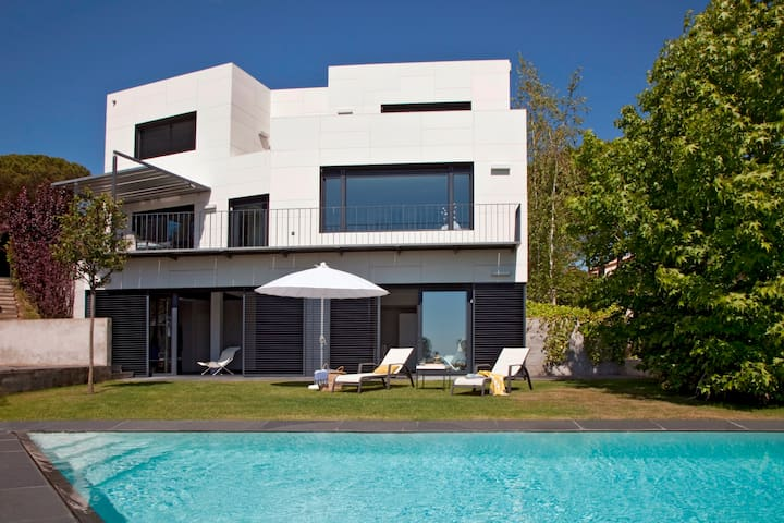 Amazing designed House with swimming-pool (B1501)