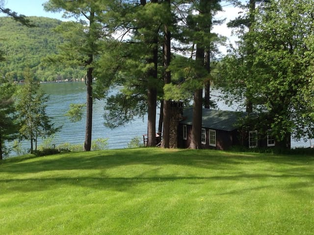 Lake George lakefront cottage - dogs, dock, wifi