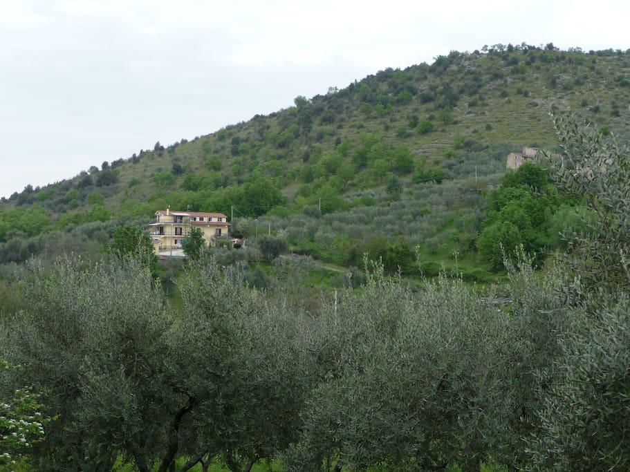 la maison, située sur les hauteurs du village de Villa felice (Frosinone)
