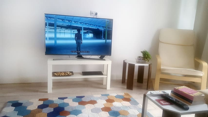 Smart TV with free accounts on Netflix and HBO GO