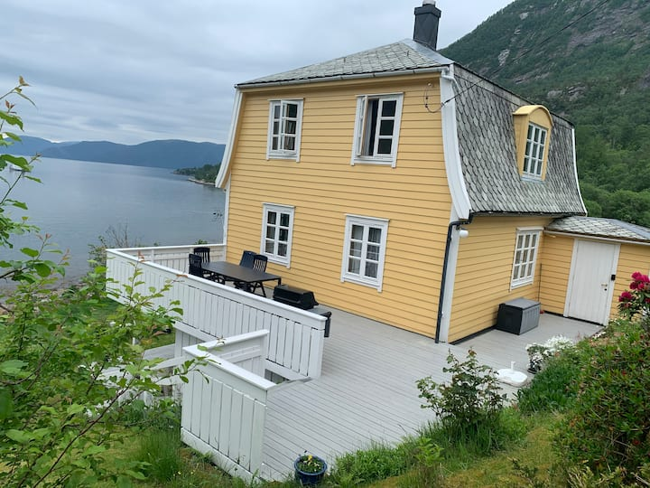 Charming house next to the fjord. Beutiful view.