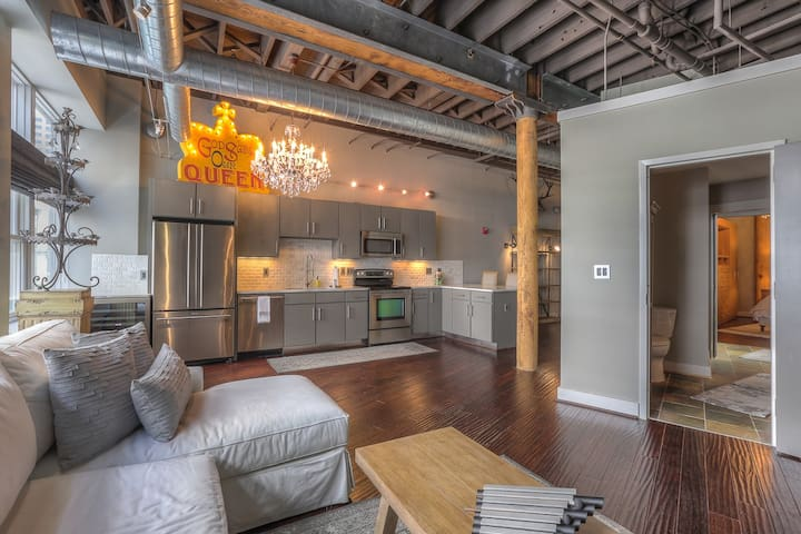 Stay Downtown Nashville AirBnB Walk Everywhere! by MusicCityLoft Taylor