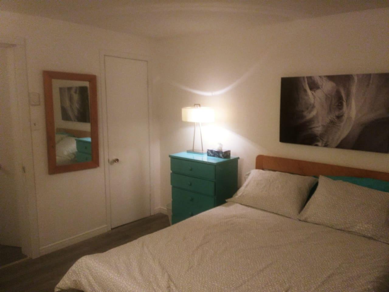 Chambre fermée avec lit double.
