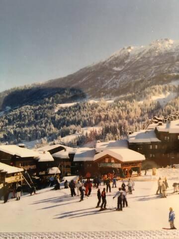 Vue de la terrasse . Départ skis aux pieds .