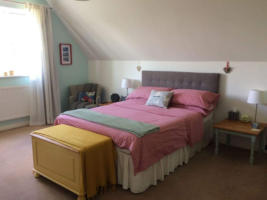 Comfortable, spacious room with double bed, end suite, tv/DVD, Bluetooth speaker, wi fi, and beautiful views.