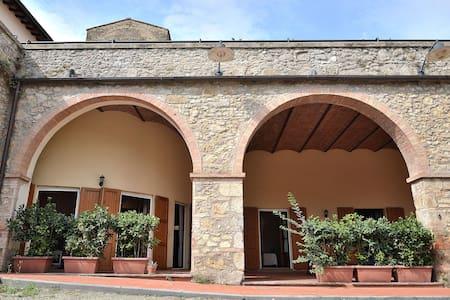 Fortress Apt Chianti Village btw Siena & Florence! - Staggia - Appartement