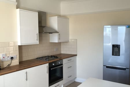 Awesome double bedroom with private bathroom - London - Lejlighed