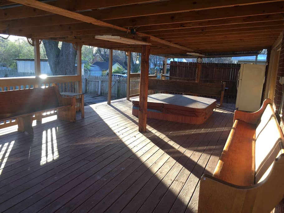 Enormous deck with 8 person jacuzzi therapeutic hot tub