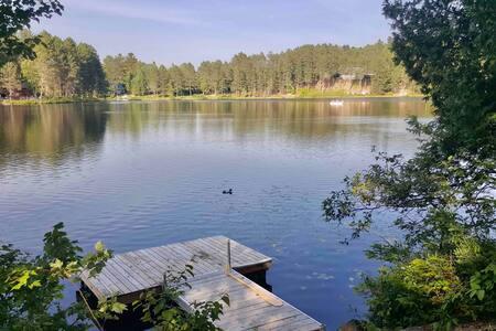 Chalet du Lac Jaune. Bord de l'eau.