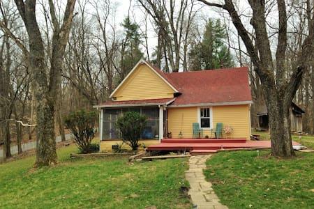 Walk to Lake Monroe, Rustic home on 5 acres - Bloomington - Casa