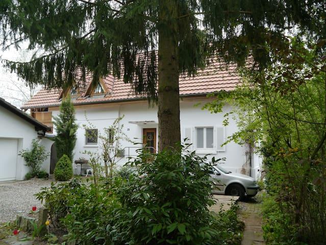 """Zimmer """"Shine"""" in nettem Landhaus, Markgräflerland - Kandern - บ้าน"""