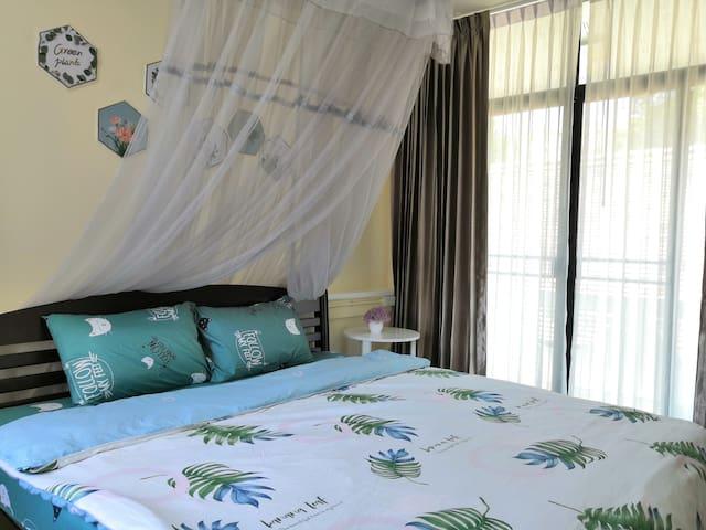 卧室配备了防蚊神器——蚊帐 Bedroom is equipped with mosquito nets