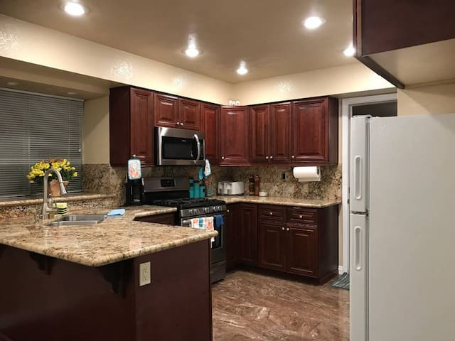 Beautiful Room close to Airport, Strip, Malls