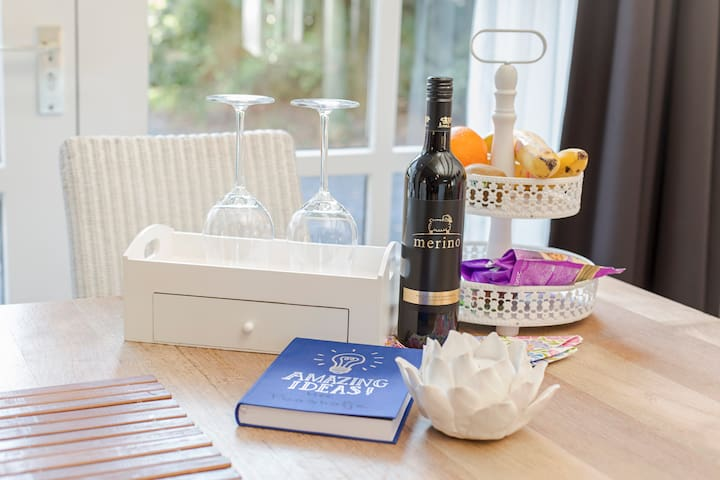 Fles wijn en kleine attenties